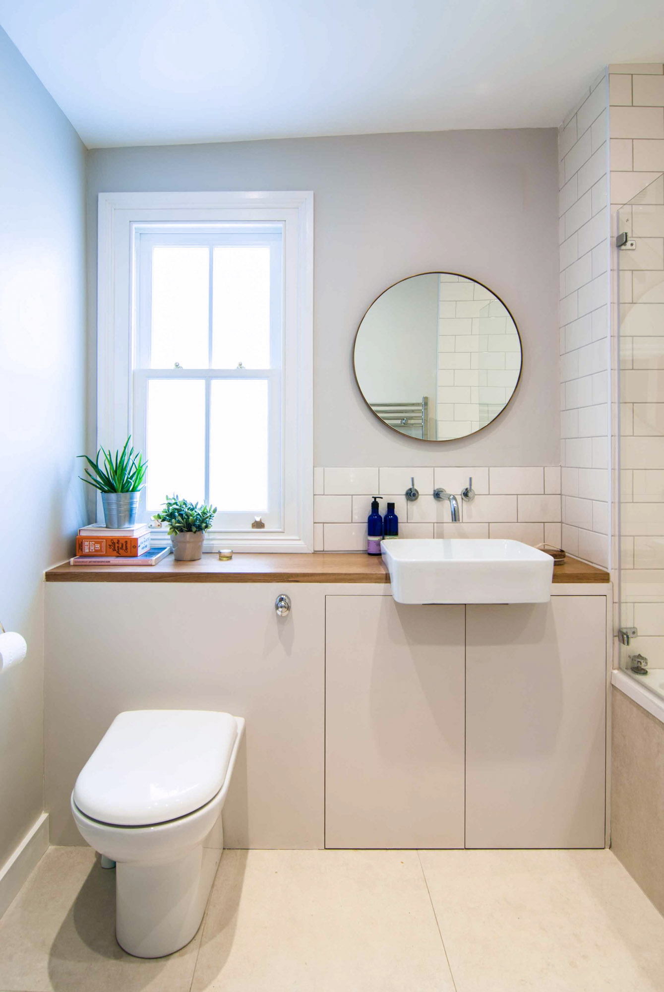 Photographer's House: Light and simple bathroom with a wooden worktop.